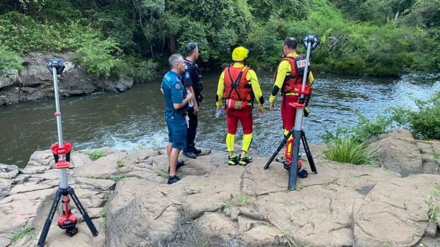 Police, paramedics and swift water rescue workers attended Gardners Falls where a man drowned on Australia Day.(Supplied: Kawana SES)